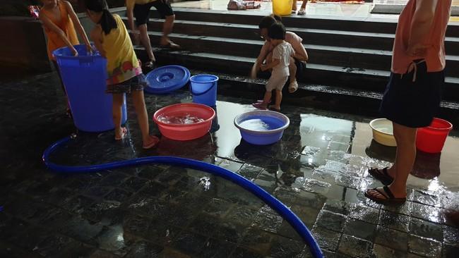Người dân phải tự đi xách nước lên tầng