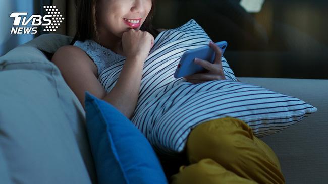 Thức khuya, ngồi xem phim 3 ngày liên tiếp, cô gái 20 tuổi bị tức ngực, bác sĩ chẩn đoán có nguy cơ đột tử - Ảnh 1.