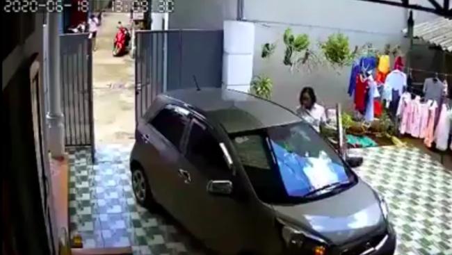 Thấy chiếc ô tô đậu giữa sân, người phụ nữ ra sức lùi xe và cái kết khiến tất cả la hét thất kinh vì sợ hãi - Ảnh 2.