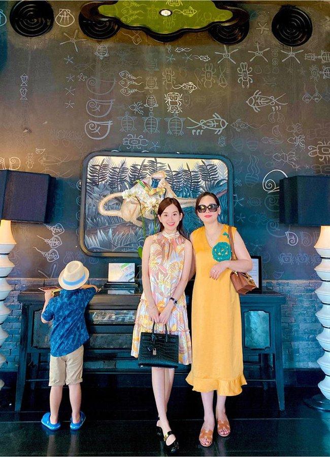 Đi nghỉ dưỡng ở resort sang chảnh tránh nóng, Ly Kute lại gây sốt vì chụp ảnh chung với mẹ ruột trẻ đẹp như 2 chị em - Ảnh 4.