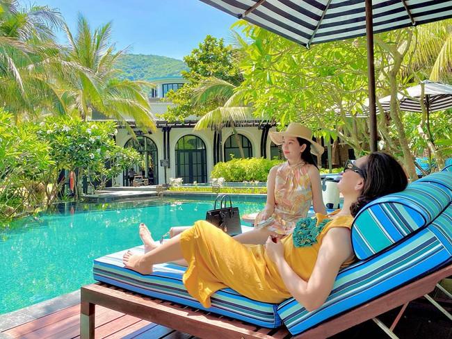 Đi nghỉ dưỡng ở resort sang chảnh tránh nóng, Ly Kute lại gây sốt vì chụp ảnh chung với mẹ ruột trẻ đẹp như 2 chị em - Ảnh 5.