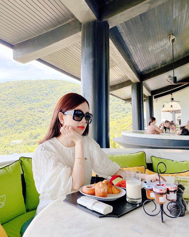 Đi nghỉ dưỡng ở resort sang chảnh tránh nóng, Ly Kute lại gây sốt vì chụp ảnh chung với mẹ ruột trẻ đẹp như 2 chị em - Ảnh 1.