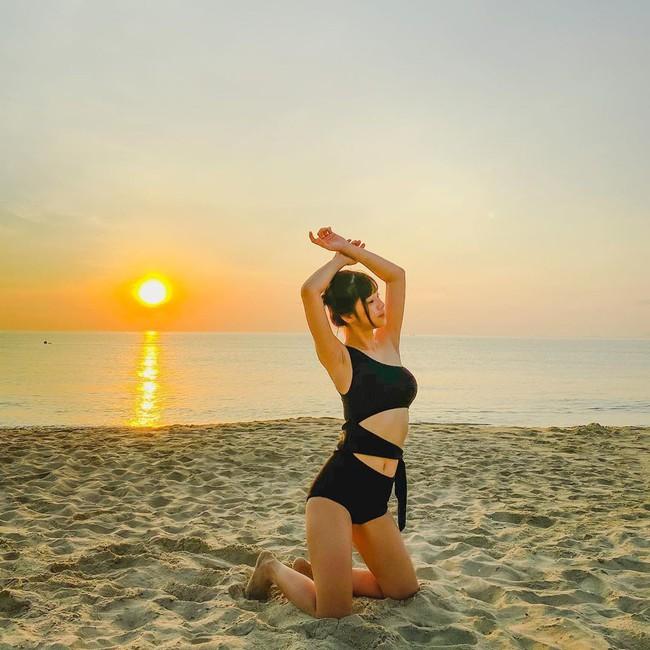 Hoàng Yến Chibi đăng ảnh diện đồ bơi cùng dòng chú thích: Dáng vẫn chưa đẹp, nhưng mà mặt trời đẹp.