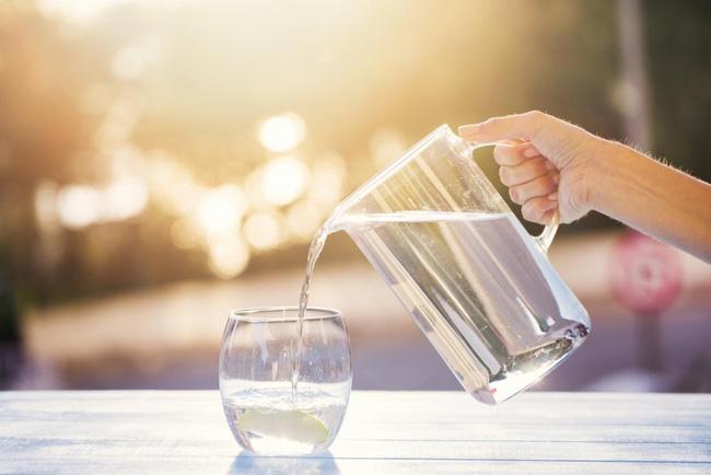 Ngoài việc ở trong nhà ra, bạn còn có thể chống nóng và tránh bị say nắng bằng những việc hết sức đơn giản sau đây - Ảnh 3.