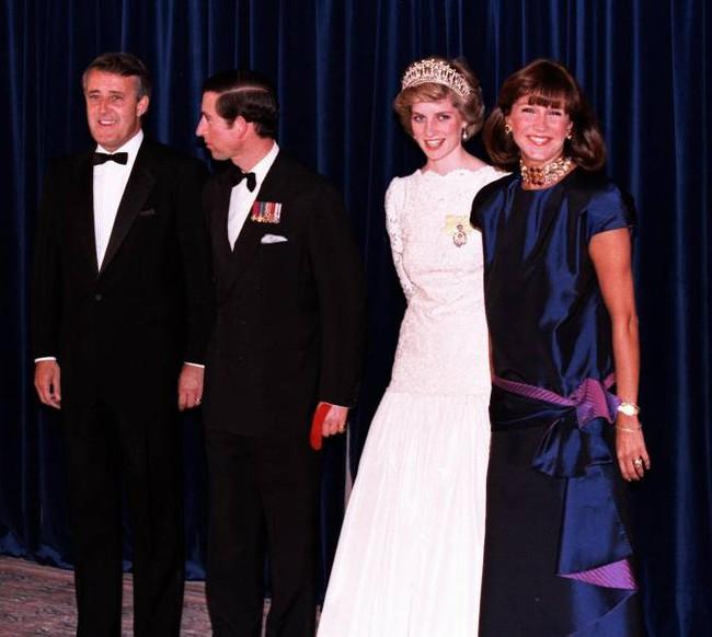 Cộng đồng mạng chia sẻ bức ảnh cũ của Công nương Diana với một người phụ nữ, là bằng chứng cho thấy sự toán tính của Meghan Markle như thế nào - Ảnh 2.