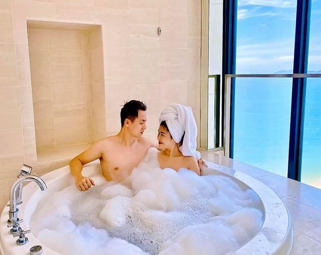 Vợ chồng Đăng Khôi chụp hình trong bồn tắm đầy bọt.