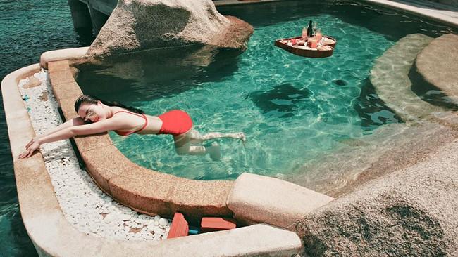 Bảo Thy up ảnh thư giãn ở bể bơi xanh trong.