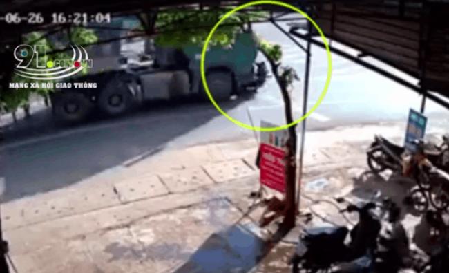 Khoảnh khắc xe đầu kéo cán lên 2 người đi xe máy, camera ghi lại cảnh tượng rất kinh hoàng - Ảnh 2.