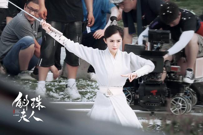"""""""Hộc Châu phu nhân"""": Dương Mịch lộ cảnh mặc áo giáp nhưng người bé xíu, còn tung ảnh 1 góc phim trường - Ảnh 6."""
