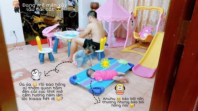 """Cười xỉu cảnh bố trông con có 1-0-2: Không chỉ """"giành"""" đồ chơi của đứa lớn mà còn để đứa bé nằm như """"cá mắc cạn"""" đến thương - Ảnh 1."""