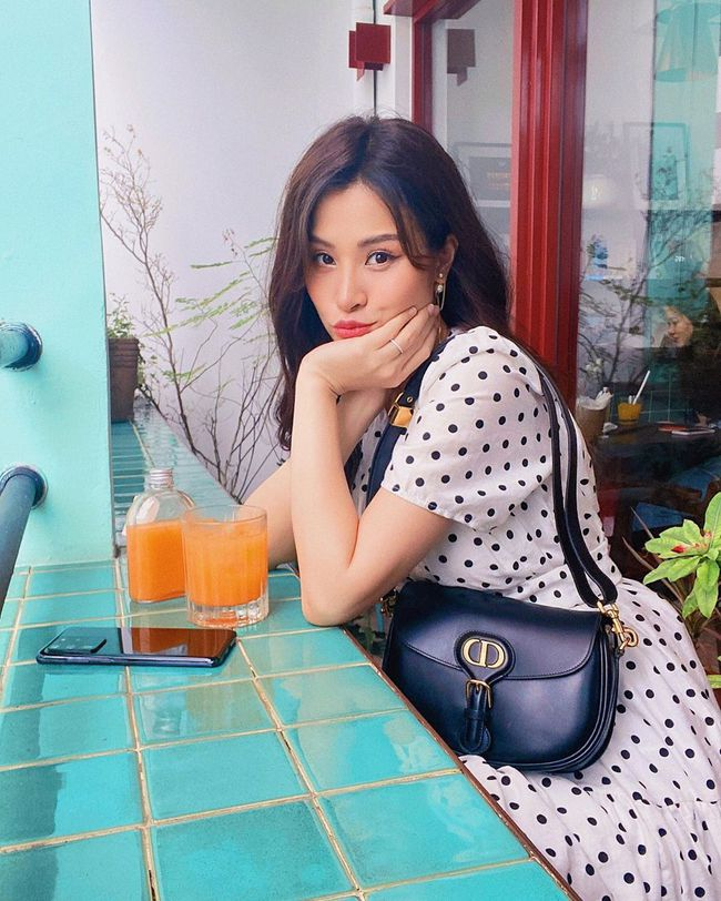 Bà bầu Đông Nhi lên đồ đẹp đi cà phê lúc rảnh rỗi.