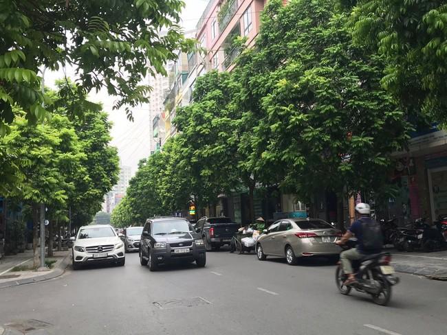 Tài xế taxi chẳng nhàn như người ta nghĩ: Ăn nghỉ vạ vật dưới trời nắng nóng khiến nhiều người bị shock nhiệt, ảnh hưởng đến sức khỏe mà thu nhập chẳng đáng là bao - Ảnh 1.
