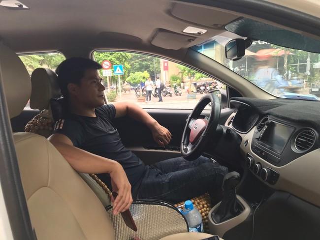 Tài xế taxi chẳng nhàn như người ta nghĩ: Ăn nghỉ vạ vật dưới trời nắng nóng khiến nhiều người bị shock nhiệt, ảnh hưởng đến sức khỏe mà thu nhập chẳng đáng là bao - Ảnh 4.