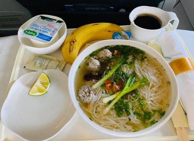 Vietnam Airlines đưa cả bún mọc tươi vào bữa ăn trên máy bay, gia vị đi kèm cũng ngon không kém - Ảnh 1.