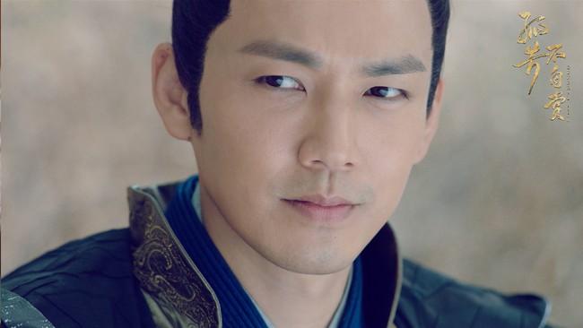 Chung Hán Lương U50 cặp kè mỹ nữ 9X, tạo hình giống hệt vai diễn cũ nhưng fan tha thứ hết vì quá đẹp trai - Ảnh 6.