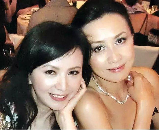 Những mối quan hệ kỳ lạ của các sao Hoa ngữ: Vương Phi và Châu Tấn thân thiết, chồng và tình cũ Lâm Tâm Như rủ nhau tụ tập - Ảnh 2.