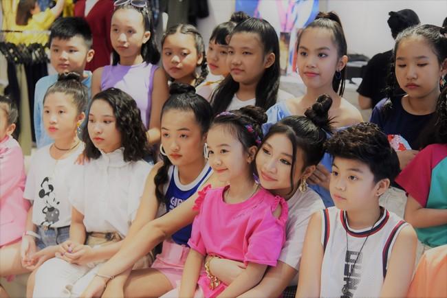 """Clip Hương Giang hát """"Cò lả"""", Hoa hậu nhí 15 tuổi khoe trọn chân dài thần thái cực xinh đẹp  - Ảnh 9."""