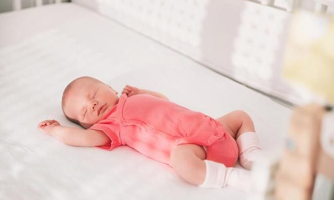 Bỏ túi ngay bảng hướng dẫn siêu hữu ích này nếu muốn chọn đúng quần áo cho bé yêu để bé luôn có được giấc ngủ ngon và mát mẻ hè này - Ảnh 1.