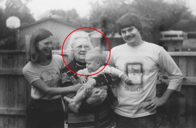 Tìm thấy cuộn phim chứa bức ảnh cũ tại cửa hàng, người phụ nữ ráo riết tìm kiếm chủ nhân mới biết được bi kịch của 2 bà cháu trong đó - Ảnh 3.