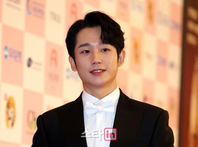"""Thảm đỏ Daejong Film Awards 2020: Park Bom (2NE1) xuất hiện với thân hình quá khổ, """"tình cũ Song Hye Kyo"""" Lee Byung Hun điển trai ở tuổi 49 - Ảnh 2."""