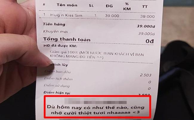 Đi mua đồ uống nhưng thiếu tiền, chàng trai sững sờ trước hành động của nữ nhân viên, đọc dòng chữ ghi trong tờ hóa đơn càng bất ngờ hơn - Ảnh 1.