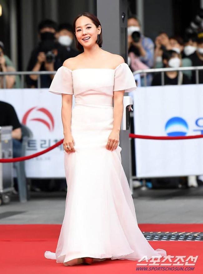 """Thảm đỏ Daejong Film Awards 2020: Park Bom (2NE1) xuất hiện với thân hình quá khổ, """"tình cũ Song Hye Kyo"""" điển trai ở tuổi 49 - Ảnh 4."""