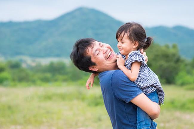 Học cách nuôi dạy con đặc biệt của các ông bố để con lớn lên dạn dĩ, đầy năng lượng và khỏe mạnh hơn - Ảnh 3.
