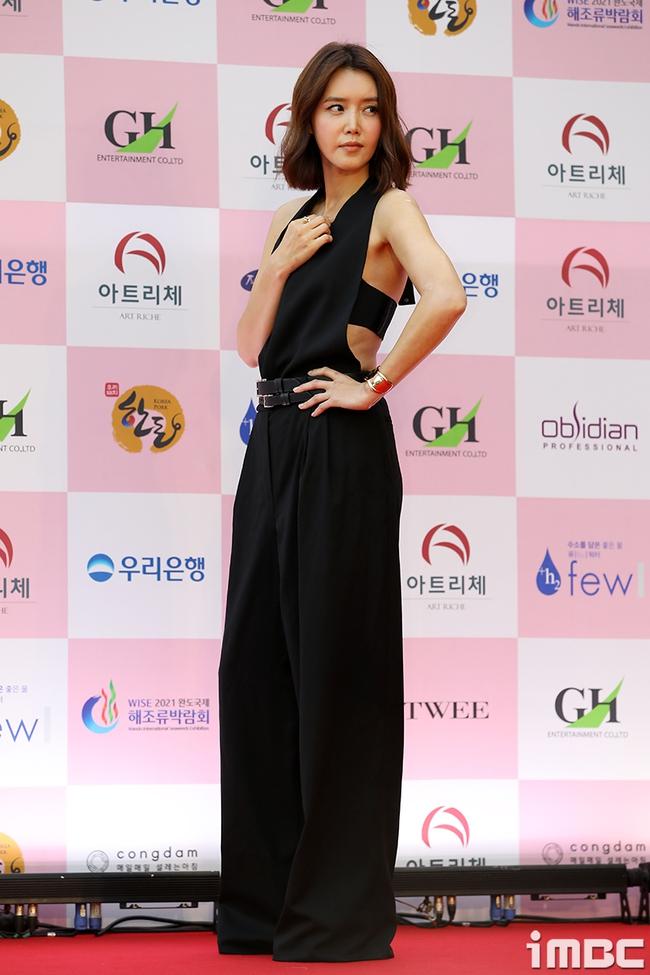 """Thảm đỏ Daejong Film Awards 2020: Park Bom (2NE1) xuất hiện với thân hình quá khổ, """"tình cũ Song Hye Kyo"""" Lee Byung Hun điển trai ở tuổi 49 - Ảnh 13."""