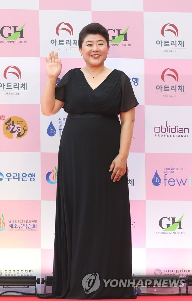 """Thảm đỏ Daejong Film Awards 2020: Park Bom (2NE1) xuất hiện với thân hình quá khổ, """"tình cũ Song Hye Kyo"""" Lee Byung Hun điển trai ở tuổi 49 - Ảnh 11."""