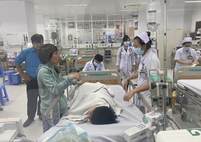 Thông tin mới nhất tình hình 2 học sinh bị cây phượng tại trường THCS Bạch Đằng đè chấn thương nặng - Ảnh 1.