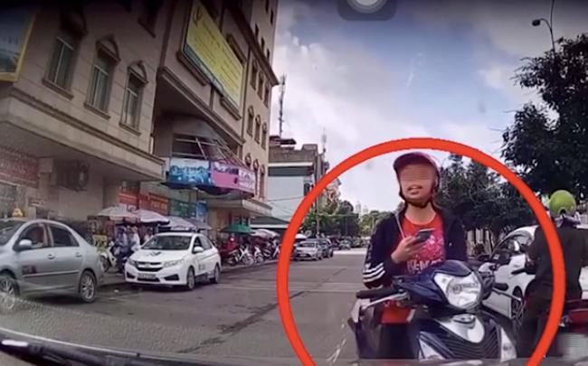 Cô gái trẻ dừng xe giữa đường nhắn tin, thậm chí còn sửng cồ với tài xế ô tô khi bị nhắc nhở - Ảnh 3.