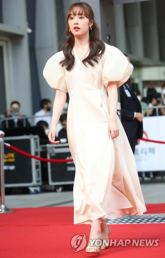 """Thảm đỏ Daejong Film Awards 2020: Park Bom (2NE1) xuất hiện với thân hình quá khổ, """"tình cũ Song Hye Kyo"""" Lee Byung Hun điển trai ở tuổi 49 - Ảnh 14."""