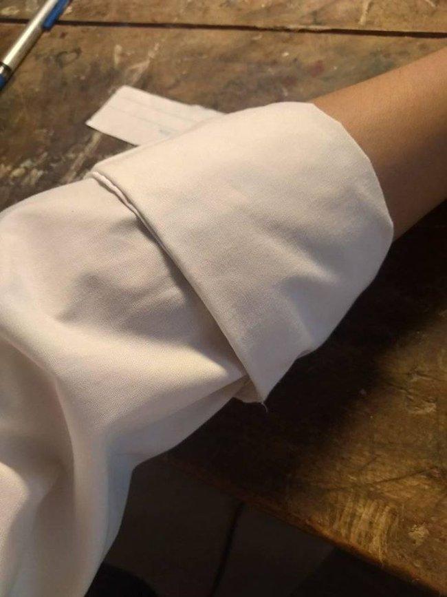 Nhìn ống tay áo được xắn lên gọn ghẽ của nam sinh, không ai ngờ rằng bên trong đó lại chứa một vật khiến ai thấy cũng cười đau bụng - Ảnh 1.