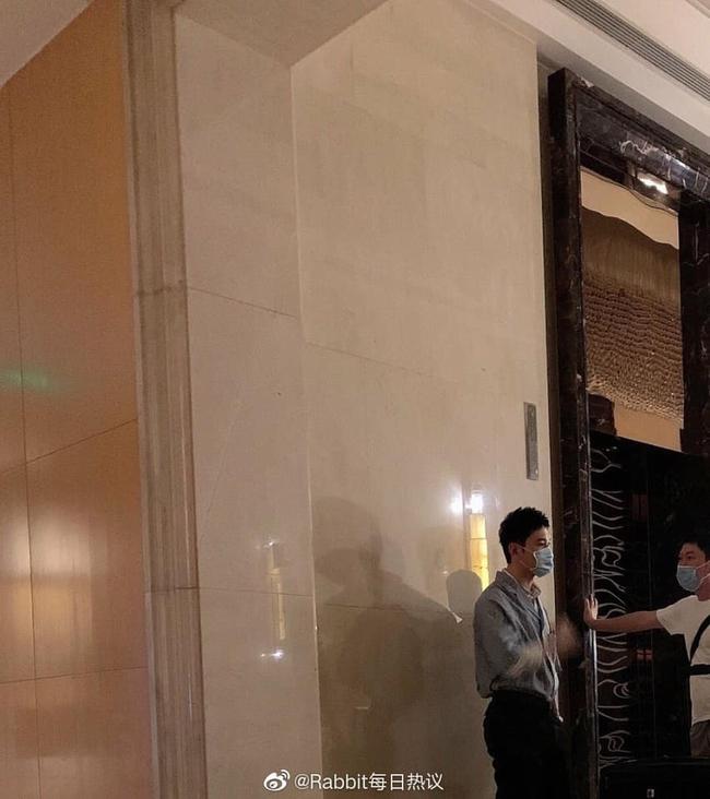 """""""Nhà hàng Trung Hoa 4"""": Triệu Lệ Dĩnh che kín mặt, khoe eo nhỏ xíu đi quay show, Dương Tử không còn xuất hiện  - Ảnh 5."""
