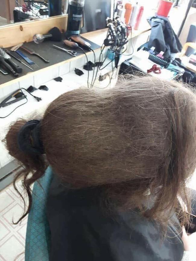 """Mang mái tóc bết nhiều năm không cắt đến tiệm đòi phục hồi, cô gái khiến mọi người choáng váng với """"tổ quạ"""" trên đầu, hình ảnh sau tân trang gây ngỡ ngàng hơn cả - Ảnh 1."""