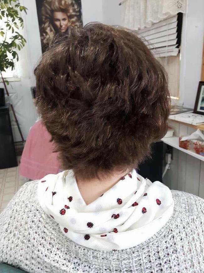"""Mang mái tóc bết nhiều năm không cắt đến tiệm đòi phục hồi, cô gái khiến mọi người choáng váng với """"tổ quạ"""" trên đầu, hình ảnh sau tân trang gây ngỡ ngàng hơn cả - Ảnh 4."""