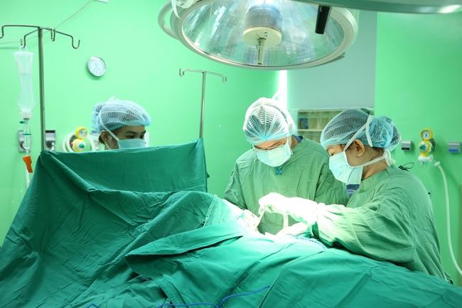 Nhai nuốt nghẹn vì khối bướu ở cổ, bệnh nhân 20 tuổi được bác sĩ cứu chỉ trong 10 phút - Ảnh 1.