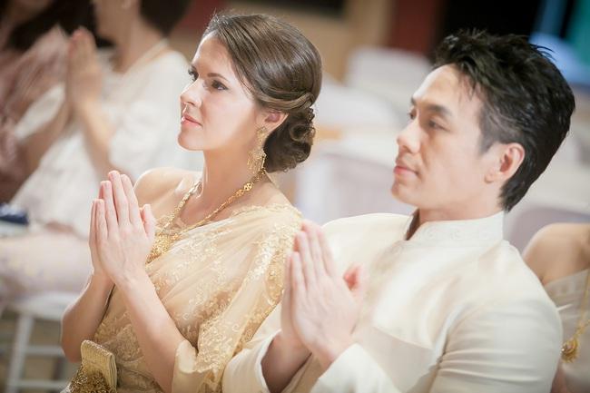 Về đám cưới anh họ người yêu, nhìn hành động của cô dâu chú rể trên sân khấu, tôi choáng váng và sợ hãi vô cùng - Ảnh 1.