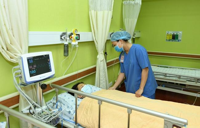 Nhai nuốt nghẹn vì khối bướu ở cổ, bệnh nhân 20 tuổi được bác sĩ cứu chỉ trong 10 phút - Ảnh 2.