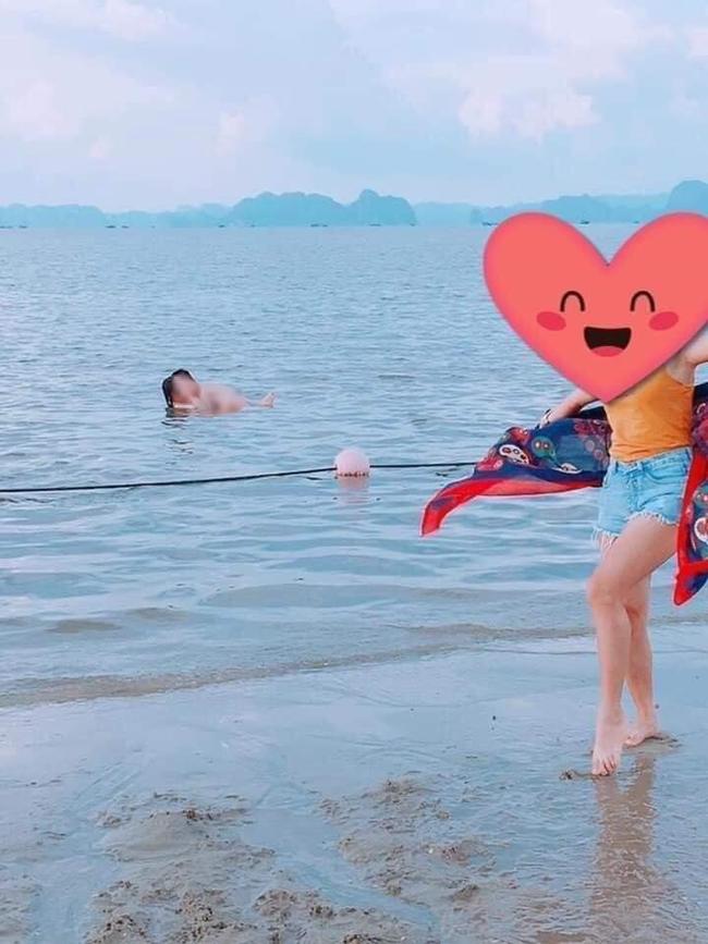 """Cặp đôi tạo dáng với tư thế phản cảm khi đi tắm biển khiến mọi người xung quanh """"nóng mắt"""" - Ảnh 2."""