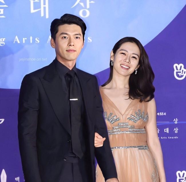 Hyun Bin và Son Ye Jin vừa xác nhận tham dự lễ trao giải Baeksang vào ngày mai, dân tình đã thi nhau ghép hình cặp đôi sánh bước trên thảm đỏ - Ảnh 1.