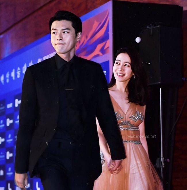 Hyun Bin và Son Ye Jin vừa xác nhận tham dự lễ trao giải Baeksang vào ngày mai, dân tình đã thi nhau ghép hình cặp đôi sánh bước trên thảm đỏ - Ảnh 2.