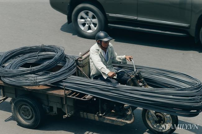 Chùm ảnh: Người lao động oằn mình trong những ngày nắng nóng cao điểm - Ảnh 8.
