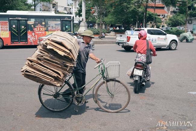 Chùm ảnh: Người lao động oằn mình trong những ngày nắng nóng cao điểm - Ảnh 9.