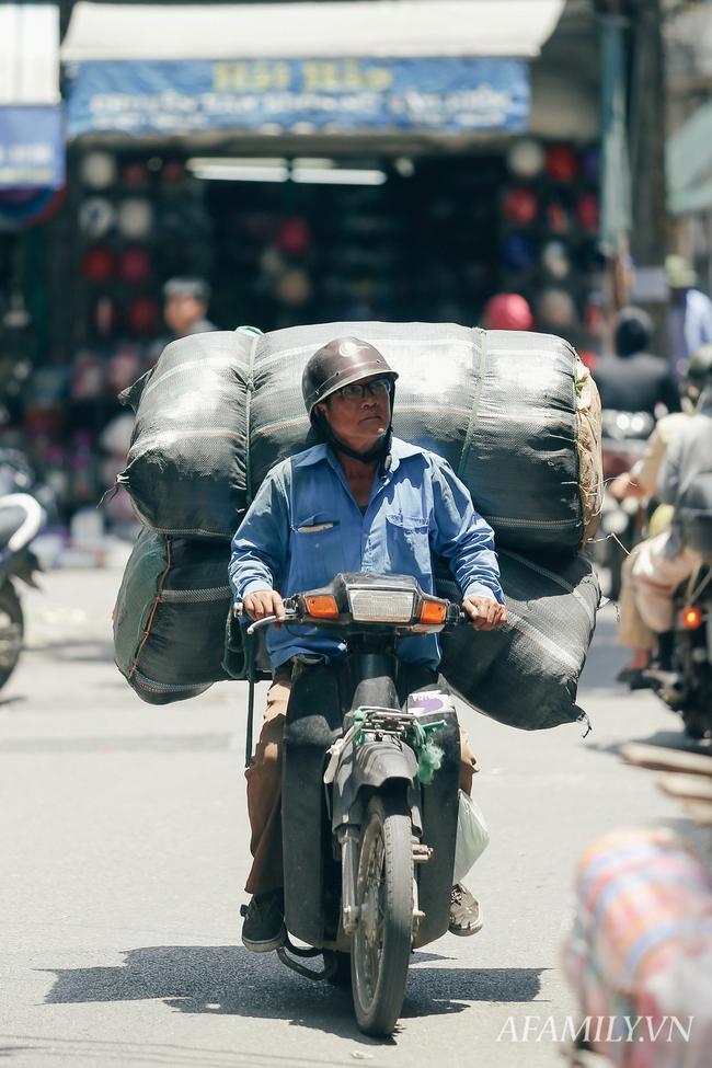 Chùm ảnh: Người lao động oằn mình trong những ngày nắng nóng cao điểm - Ảnh 2.