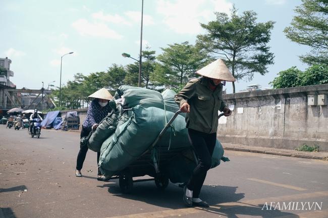 Chùm ảnh: Người lao động oằn mình trong những ngày nắng nóng cao điểm - Ảnh 4.