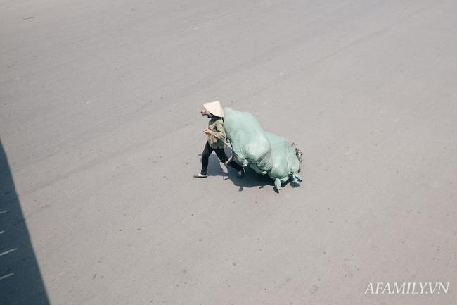 Chùm ảnh: Người lao động oằn mình trong những ngày nắng nóng cao điểm - Ảnh 5.