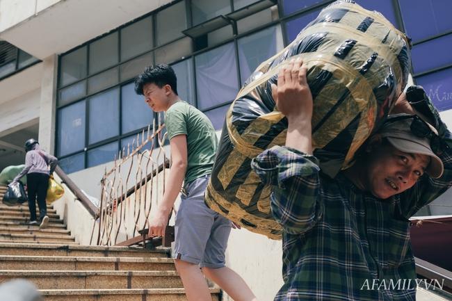 Chùm ảnh: Người lao động oằn mình trong những ngày nắng nóng cao điểm - Ảnh 6.