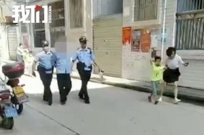 Bảo vệ đột nhiên dùng dao tấn công điên cuồng trong trường học khiến 40 người bị thương, phụ huynh học sinh nháo nhào đến đón con em về - Ảnh 1.