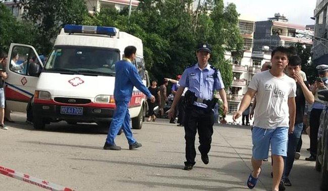 Bảo vệ đột nhiên dùng dao tấn công điên cuồng trong trường học khiến 40 người bị thương, phụ huynh học sinh nháo nhào đến đón con em về - Ảnh 5.